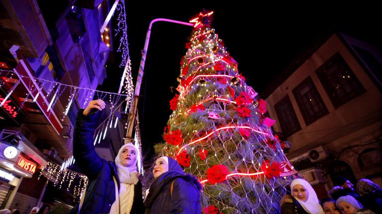РТ: Сиријци славе Божић и надају се трајном миру када се америчке трупе повуку
