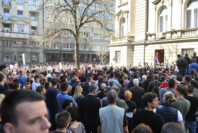 Демонстранти покушали да упадну и у Председништво Србије