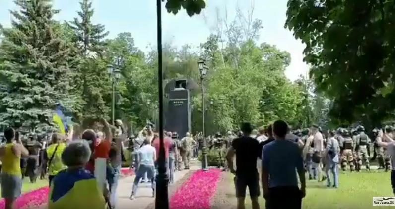 Вандали срушили бисту маршала Жукова у Харкову
