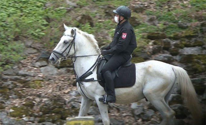 У Бањалуци полицајци на коњима упозоравају грађане да се не окупљају