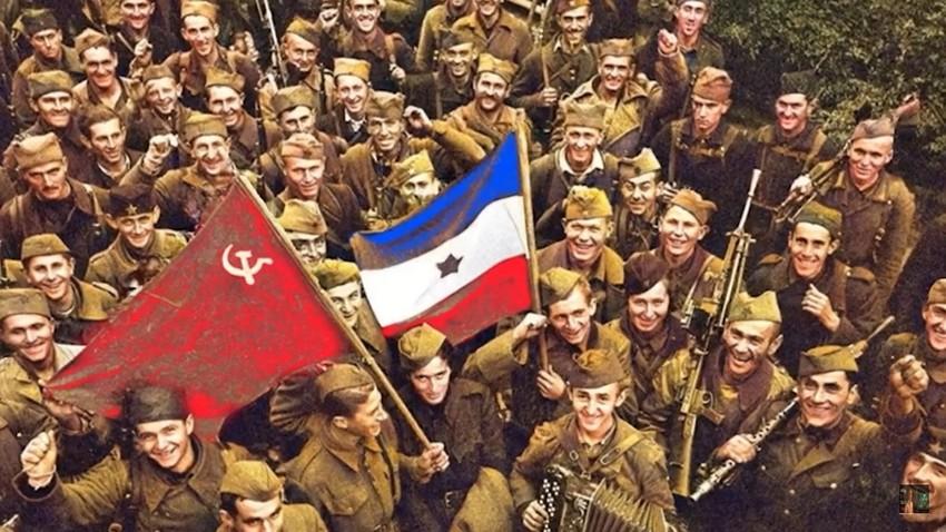 Да се најежиш: Људи из целог света певају руску ратну песму