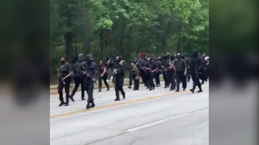 """RT: """"Mi smo u vašoj kući"""": Naoružani demonstranti crnci promarširali kroz park u Džordžiji"""