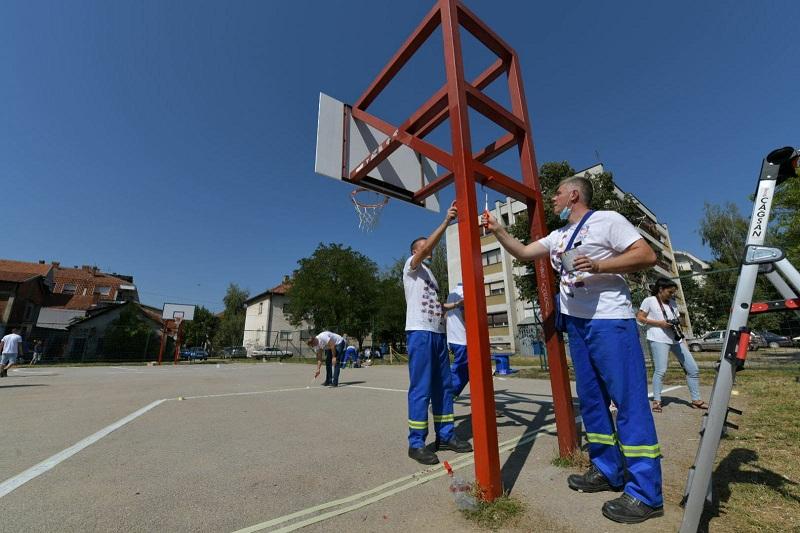 Волонтери компаније НИС уредили спортски терен у Лесковцу