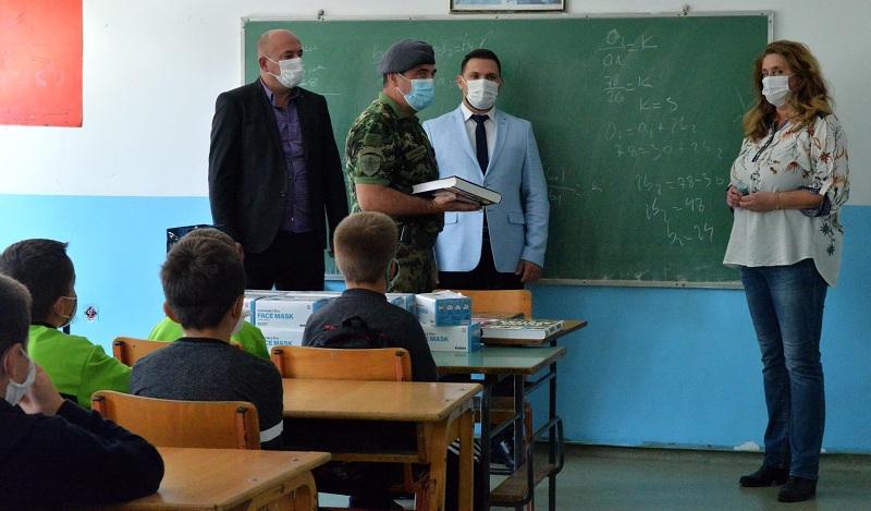 Војска Србије помаже ђацима у сеоским школама на Пештеру