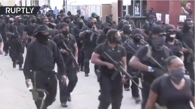 РТ: Тешко наоружана црначка милиција промарширала улицама Лафајета