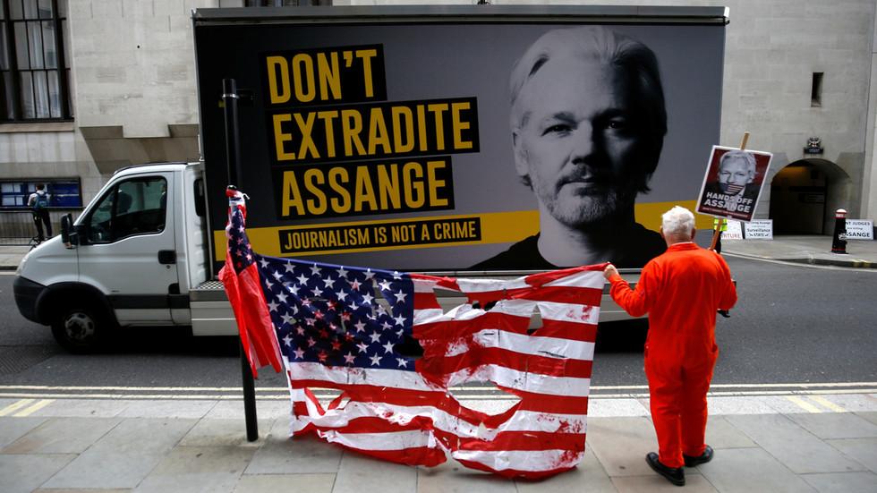 """RT: Vlada Velike Britanije je """"pudlica"""" SAD-a i želi da Džulijan Asanž umre u zatvoru - Rodžer Voters za RT"""