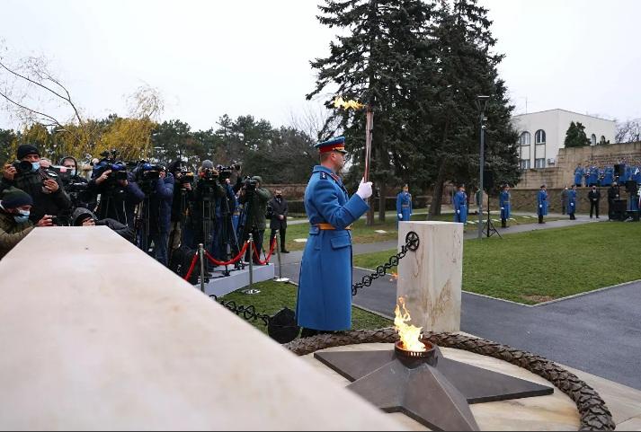 """Ponovo upaljena """"Večna vatra"""" na Groblju oslobodiocima Beograda"""