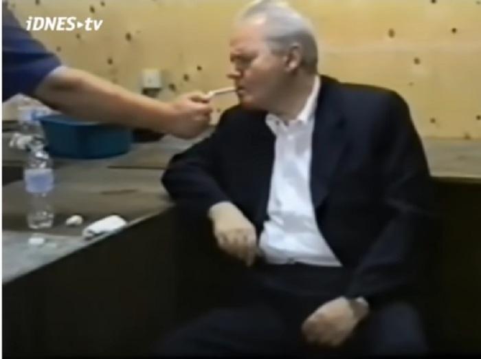 Последњи снимак Милошевића пре одласка у Хаг у америчкој бази у Тузли