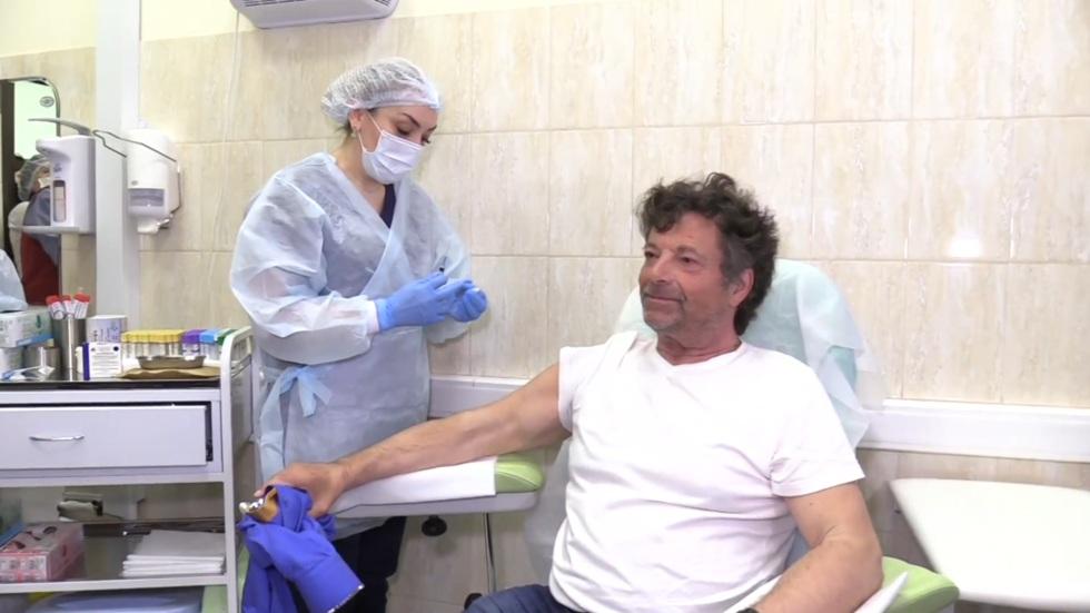 """РТ: """"Више верујем `Спутњику` него савезној влади"""", каже немачки посланик након што је примио вакцину током посете поводом Дана победе"""