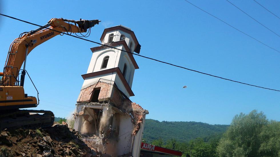 РТ: У Босни срушена православна црква након што је након 20-годишње правне битке победила Бошњакиња која је власник земље
