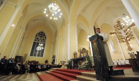 Непознати оскрнавили катедралу у Француској