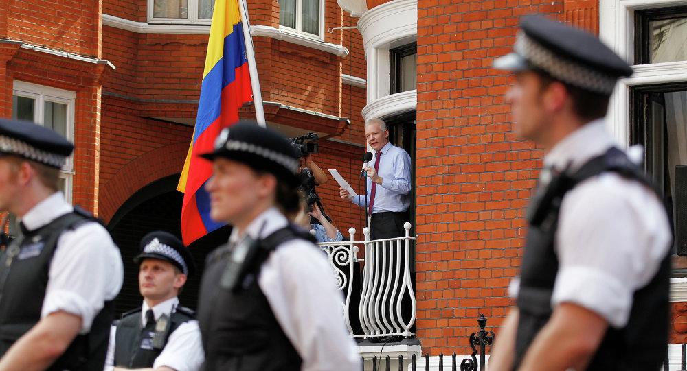 Асанж остао без полиције испред еквадорске амбасаде