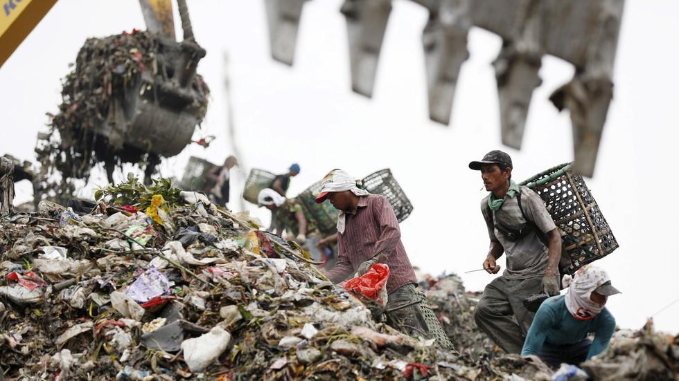 """РТ: Индонезија враћа """"токсично"""" смеће назад у САД, Аустралију и Немачку"""