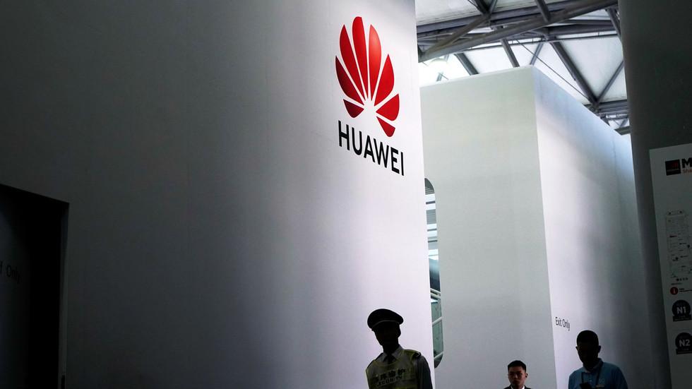 """RT: Na snagu stupila zabrana državnim agencijama SAD da posluju s """"Huavejem""""  i drugim kineskim tehnološkim firmama"""