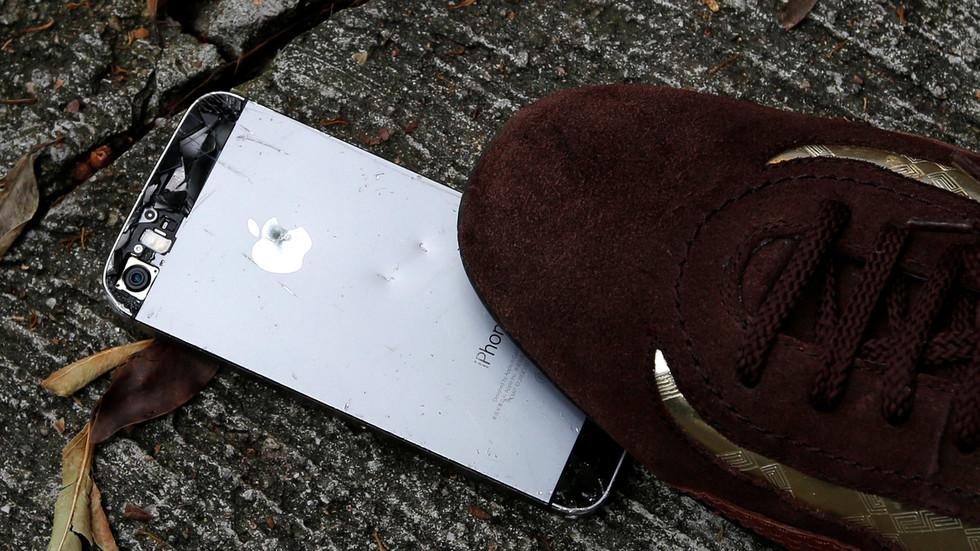 """РТ: Пекинг упозорио Вашингтон да ће кинески потрошачи бојкотовати """"Епл"""" ако САД наставе са забраном """"Вичата"""""""