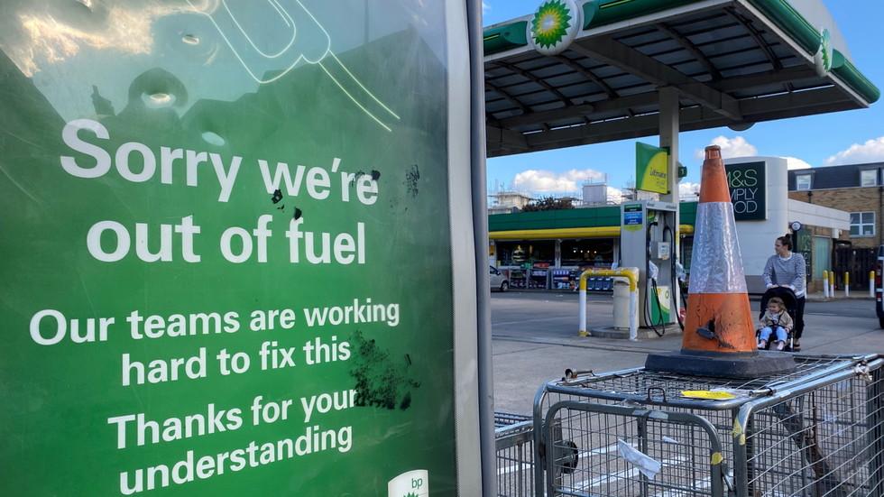 """РТ: Британска војска """"у приправности"""" за распоређивање камиона и возача усљед недостатка снабдевања горивом због """"паничне куповине"""""""