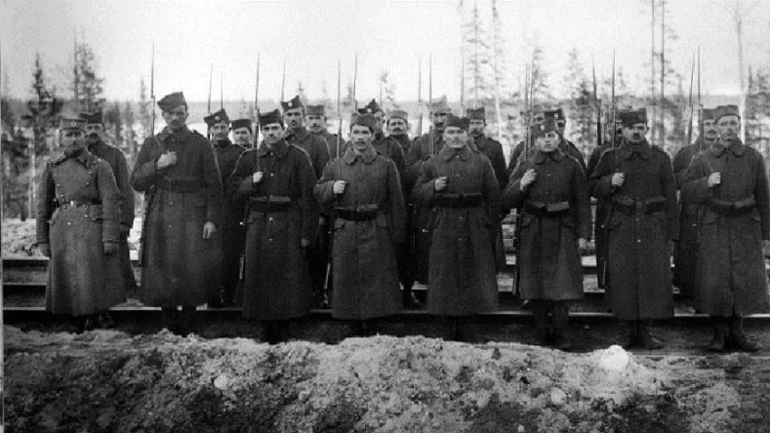 Црвени и бели Срби у Октобарској револуцији и руском грађанском рату