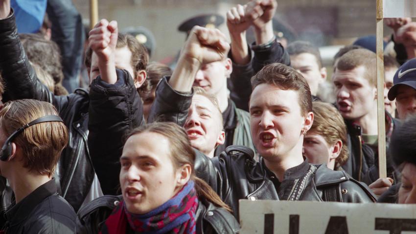 """""""Срби су за вас тврд орах"""": Како је изгледала акција протеста испред aмбасаде САД у Москви 1999."""