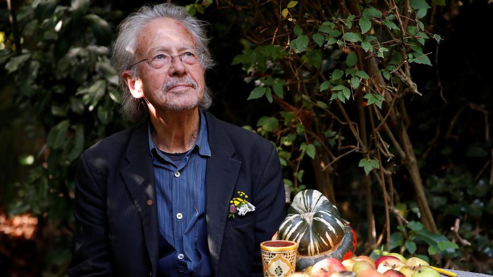 """РТ: Критичари урлају на добитника Нобелове награде Петера Хандкеа да """"негира геноцид"""", али сматрају да је дословни нацист у реду"""