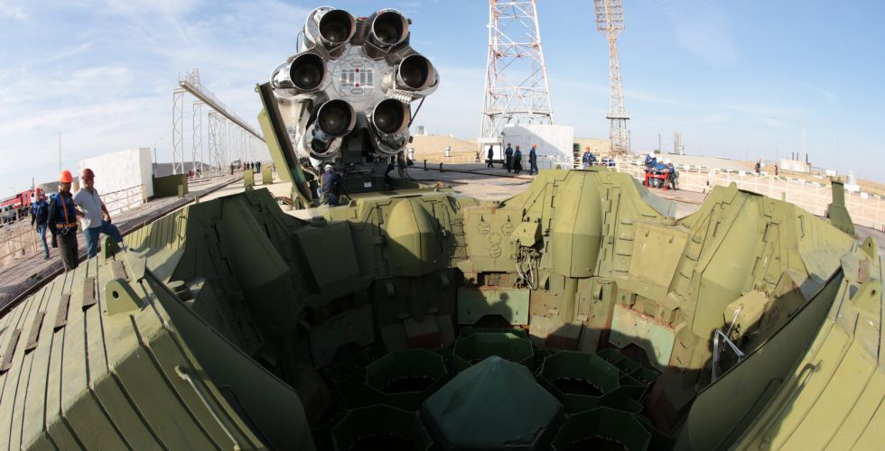 """Ракета-носач """"Протон-М"""" постављена на лансирну рампу"""