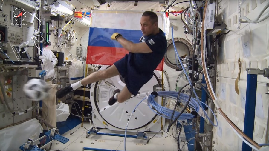 РТ: Руски космонаути показали фудбалске вештине у бестежинском стању