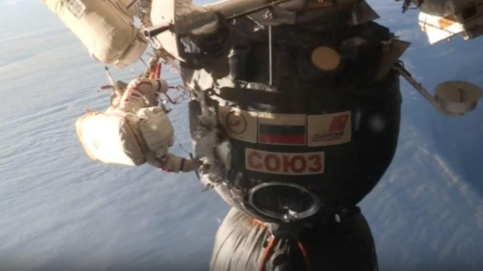 """РТ: """"Космичка операција"""": Руски космонаути узели узорке из мистериозне рупе на Сојузу"""