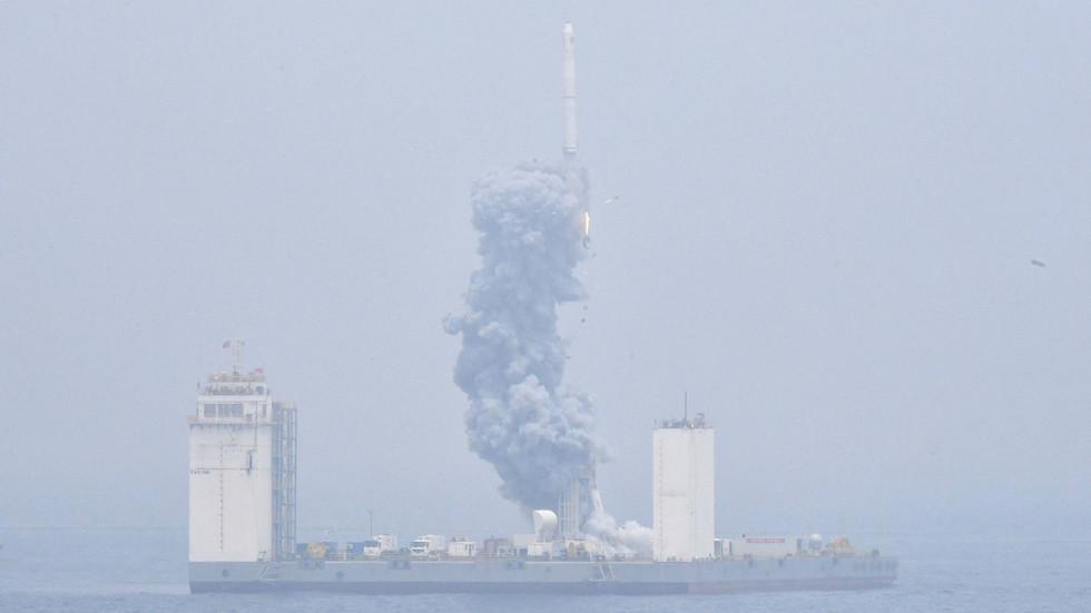 РТ: Кина лансирала своју прву космичку ракету са морске платформе