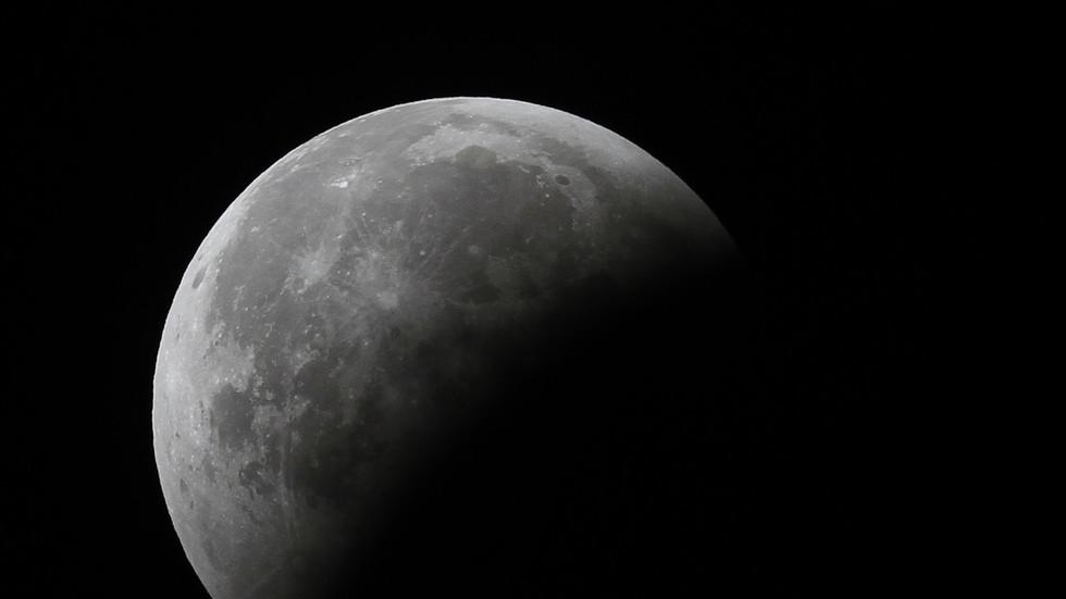РТ: Индијска космичка летелица успешно ушла у орбиту Месеца