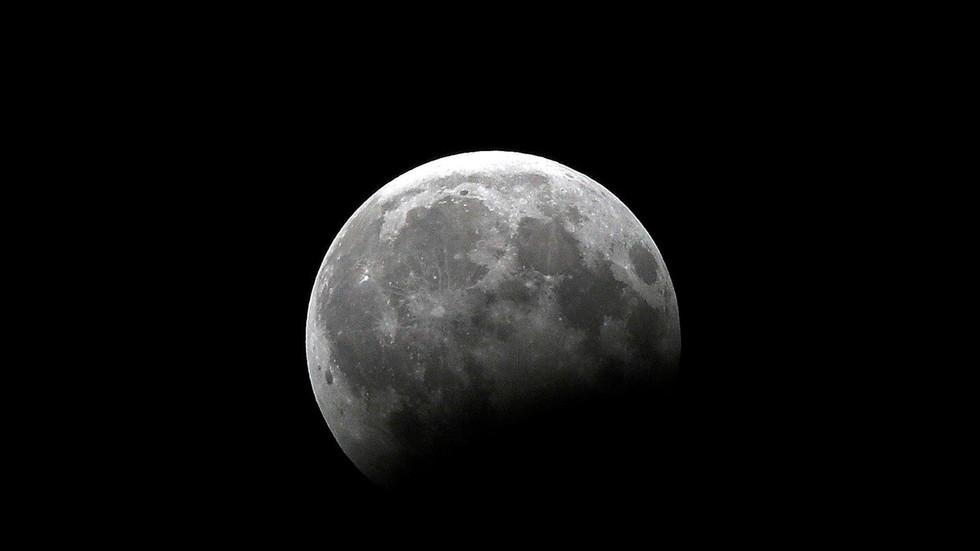 """РТ: Индија ја објавила прву фотографију површине Месеца из сонде """"Чандрајан 2"""""""