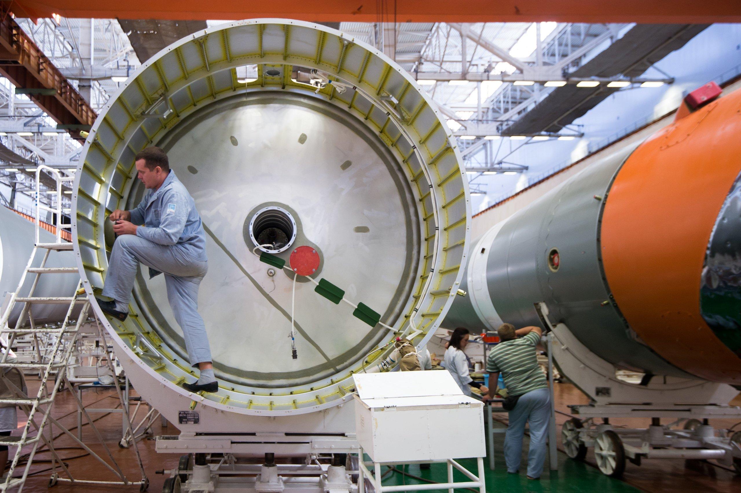 """""""Роскосмос"""" објавио фотографије завршних радова производње космичке ракете """"Сојуз 2"""""""