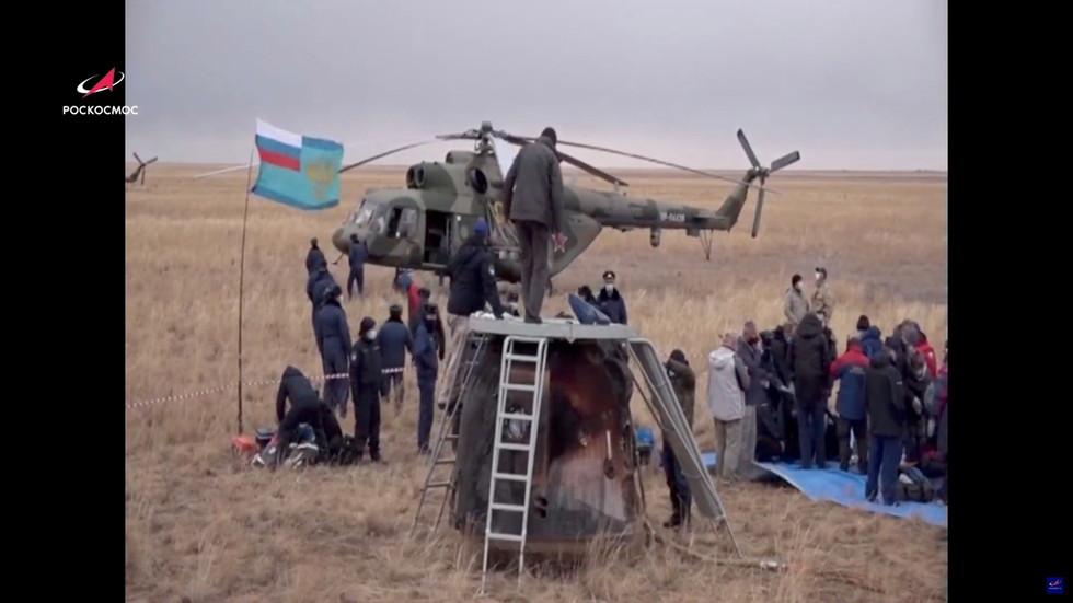 """РТ: Посада са """"Сојуза"""" успешно се спустила у Казахстан после 196 дана у проведених у космосу"""