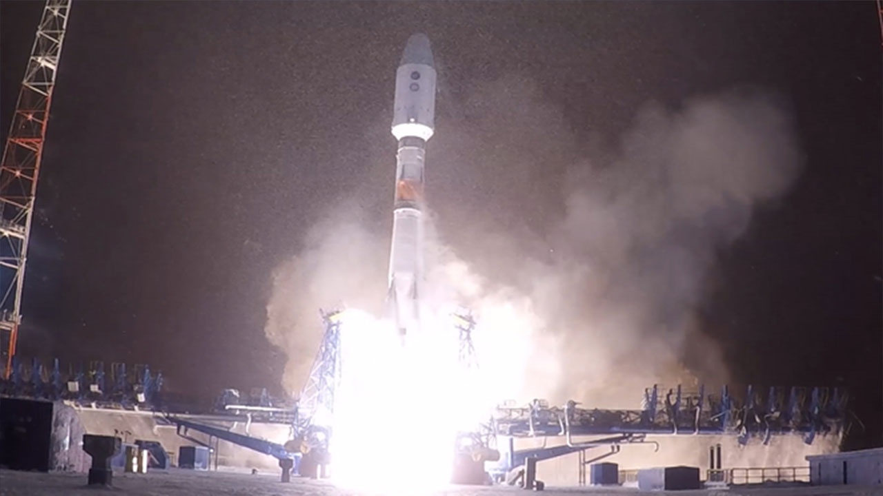 "Kroz noćno nebo: Lansirana raketa ""Sojuz-2.1b"" sa kosmičkom letelicom za potrebe Ministarstva odbrane"