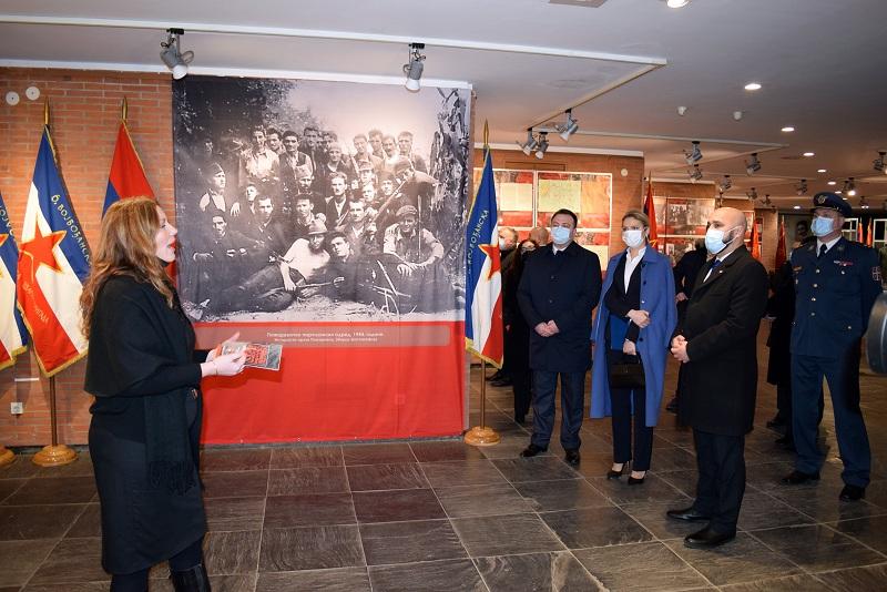 """Изложба """"Ратна слика Србије у Другом светском рату, 1941–1945"""" отворена у крагујевачком меморијалном музеју"""