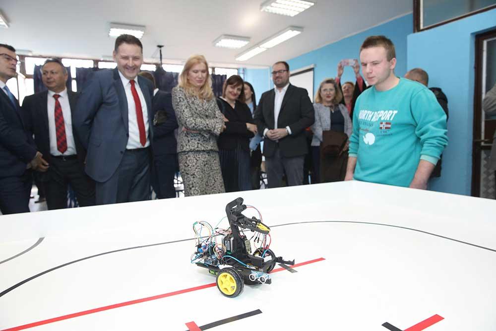 """НИС помогао отварање кабинета за мехатронику у Машинској школи """"Панчево"""""""
