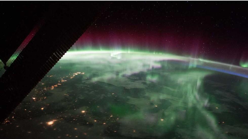 РТ: Необјашњива аномалија која слаби магнетно поље Земље развија се и дели се на два дела, упозоравају научници