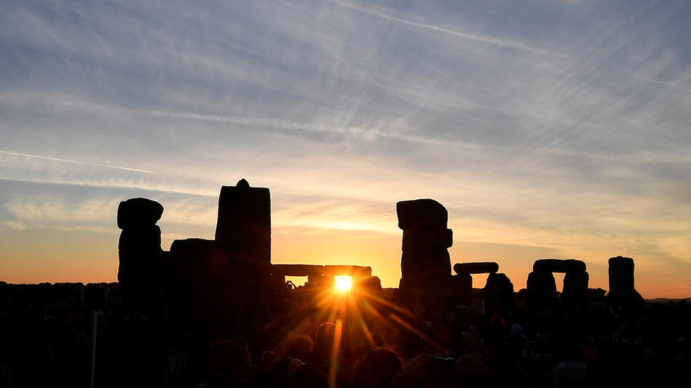 РТ: Археолози открили највећу праисторијску структуру икад пронађену у Великој Британији у близини Стоунхеџа