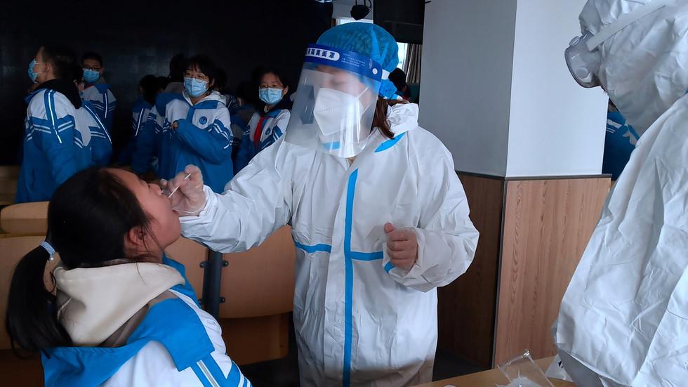РТ: Тим СЗО-а задужен за испитивање порекла коронавируса стиже у Кину, док земља бележи највећи дневни пораст случајева у последњих пет месеци