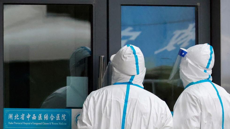 """РТ: Кина одбила да учествује у другој фази истраге СЗО-а о пореклу вируса, наводећи да се теорија лабораторијског порекла противи """"науци"""""""