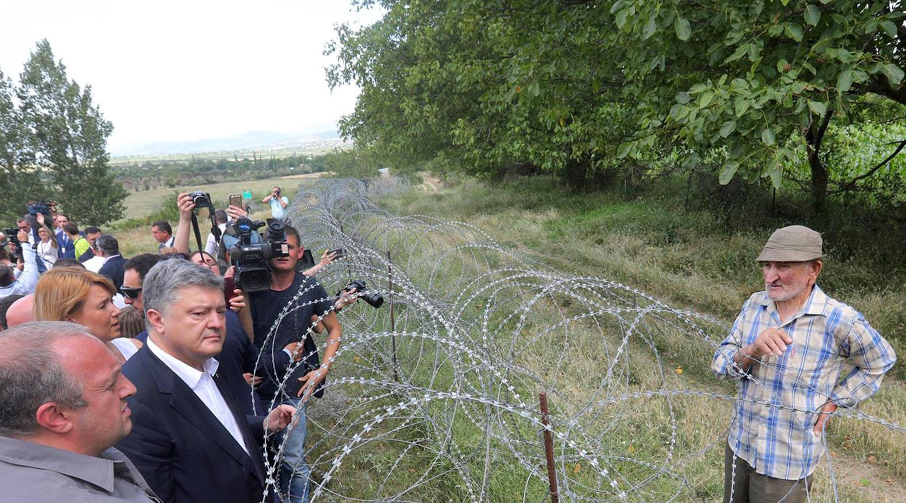 """Далеки поглед: Порошенко посетио границу са Јужном Осетијом и видео """"руску базу ФСБ-а"""""""