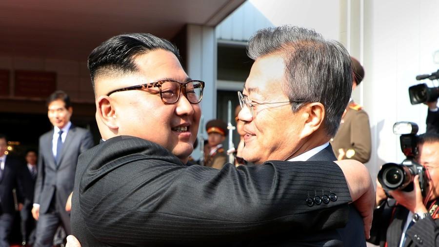РТ: Изненадни састанак Ким Џонг Уна и Мун Џае Ина