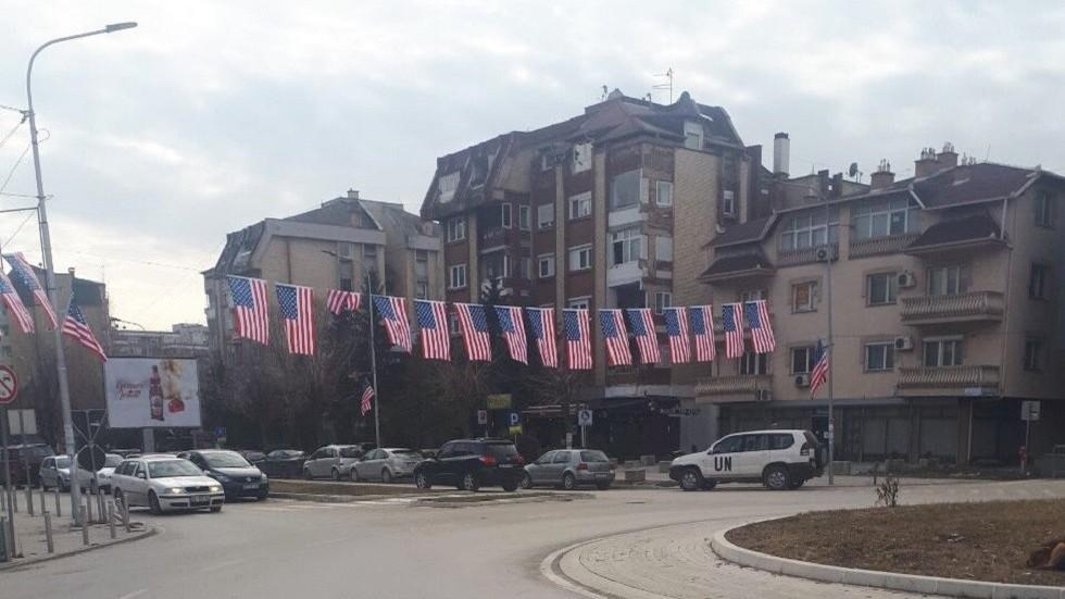 РТ: Америчке и српске заставе на супротним странама Митровице након гласања о стварању војске