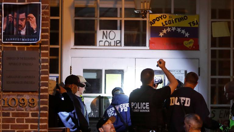 РТ: Полиција САД упала у зграду амбасаде Венецуеле у Вашингтону да би истерала Мадурове присталице
