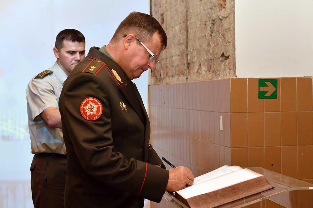Министар одбране Белорусије посетио изложбу поводом 20. годишњице НАТО агресије