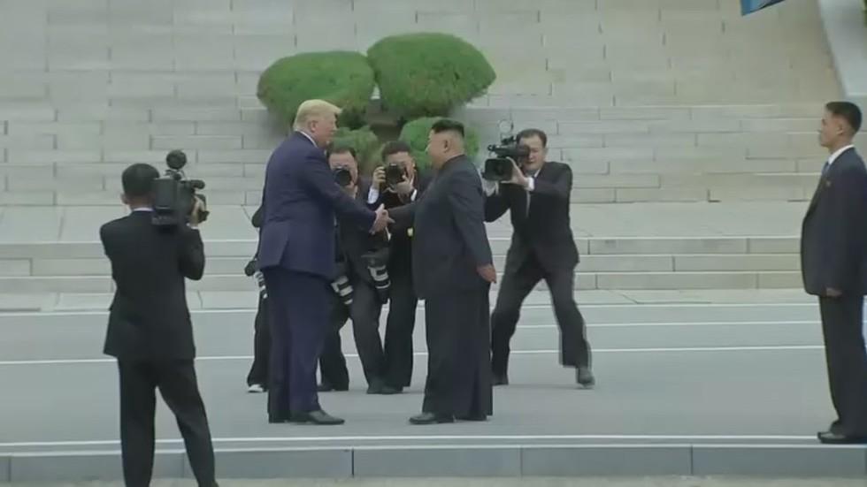 РТ: Трамп и Ким се руковали у демилитаризованој зони која раздваја северну и Јужну Кореју