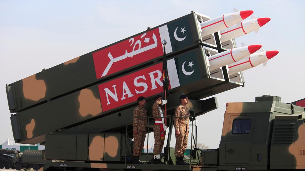 РТ: Сви у лудом возу? Пакистански министар железница прети Индији мини нуклеарним бомбама