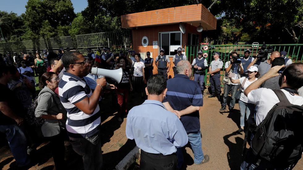 """РТ: Присталице Гваида упале амбасаду Венецуеле у Бразилу и прогласиле новог """"амбасадора"""""""