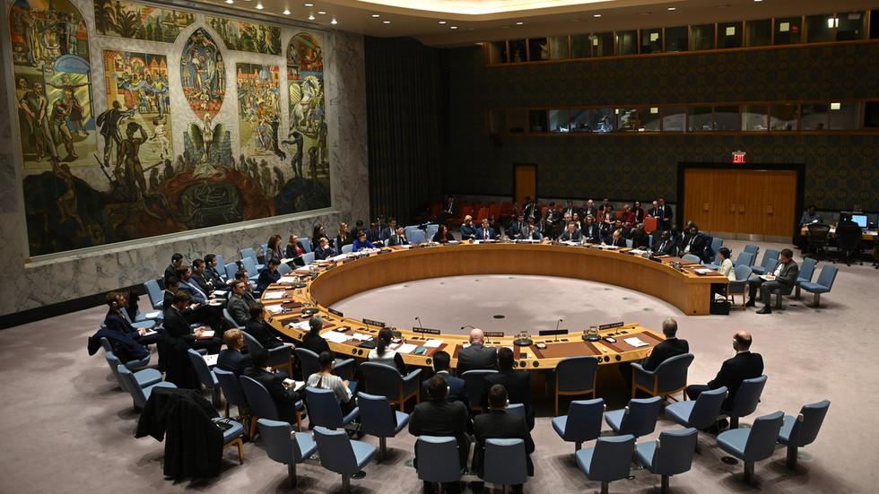 """РТ: Насилна Дипломатија: САД ће """"вратити"""" све санкције УН-а против Ирана ако ембарго на увоз оружја не буде продужен"""