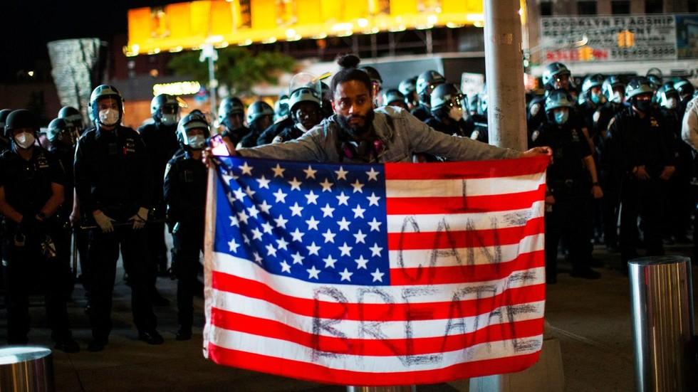 РТ: САД су хронично болесне од расизма, наводи Пекинг, док се протести захватају целу зељму