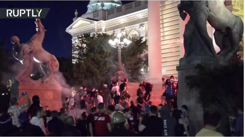 """РТ: """"Чисти тероризам"""": Председник Србије осудио насиље који су четврти дан резултирали још већим сукобима и хапшењима"""