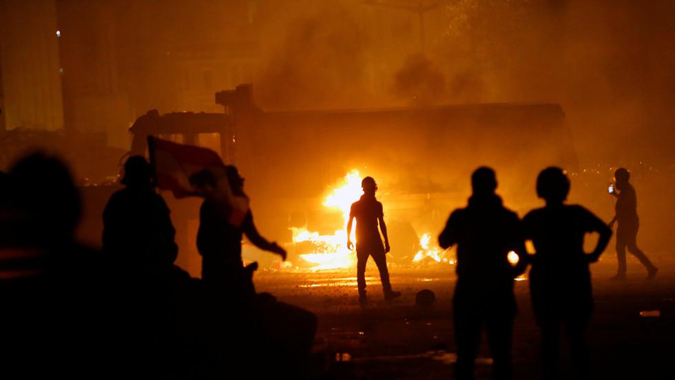 """РТ: """"Либанци су превише патили"""": САД охрабрују """"мирну"""" промену режима док протести бесне у уништеном Бејруту"""